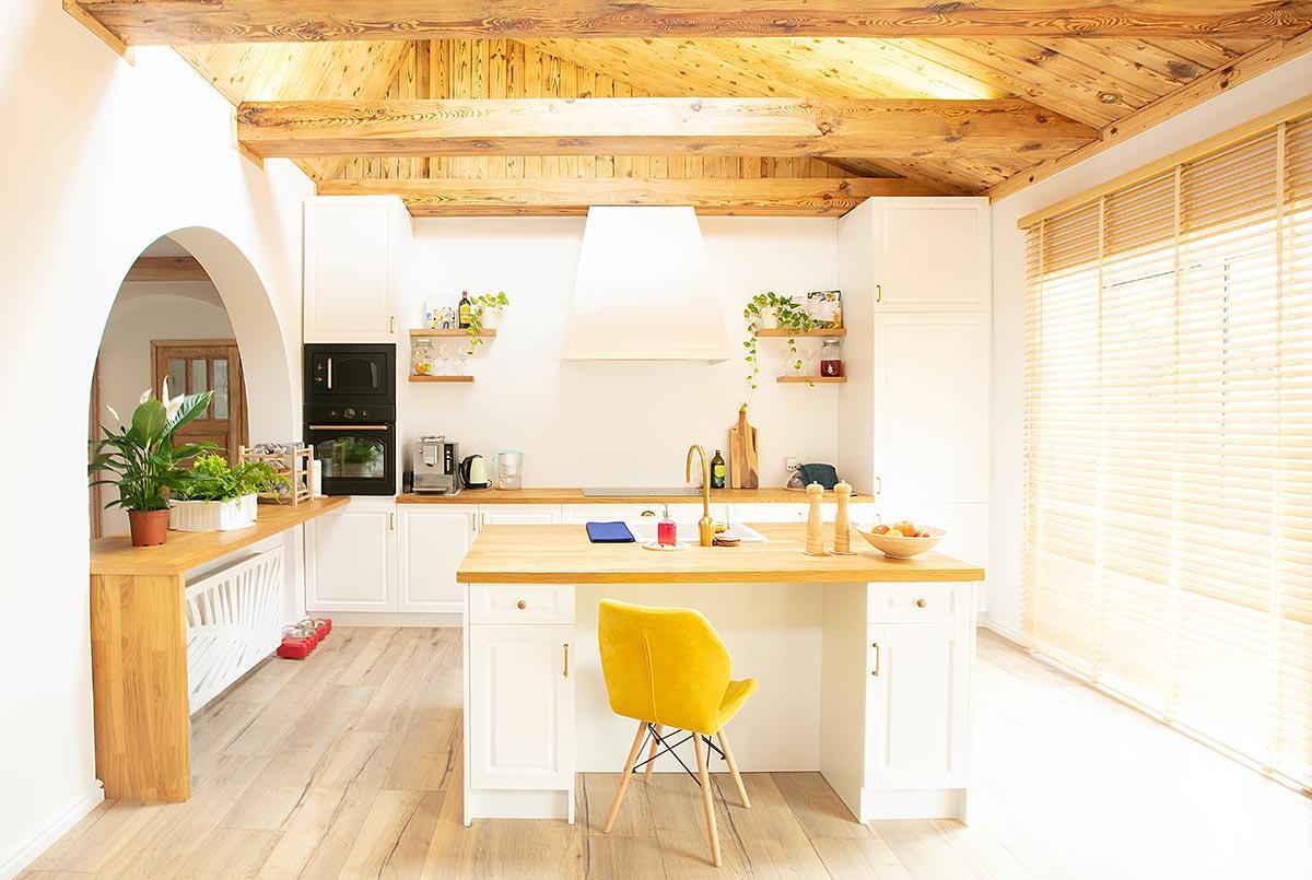 Bellissima cucina con isola rustico moderno, bianco e legno.