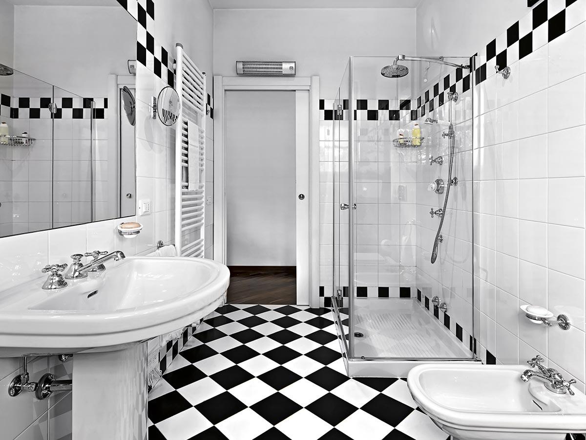 Bagni moderno con pavimento quadrettati bianco e nero.
