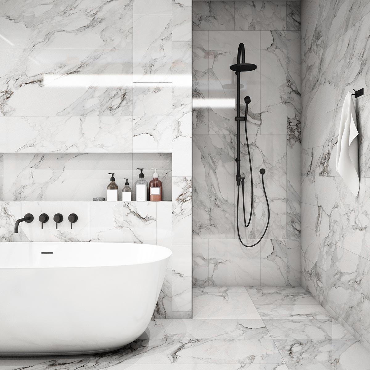 Splendido bagno di design con rivestimento in marmo bianco e nero.