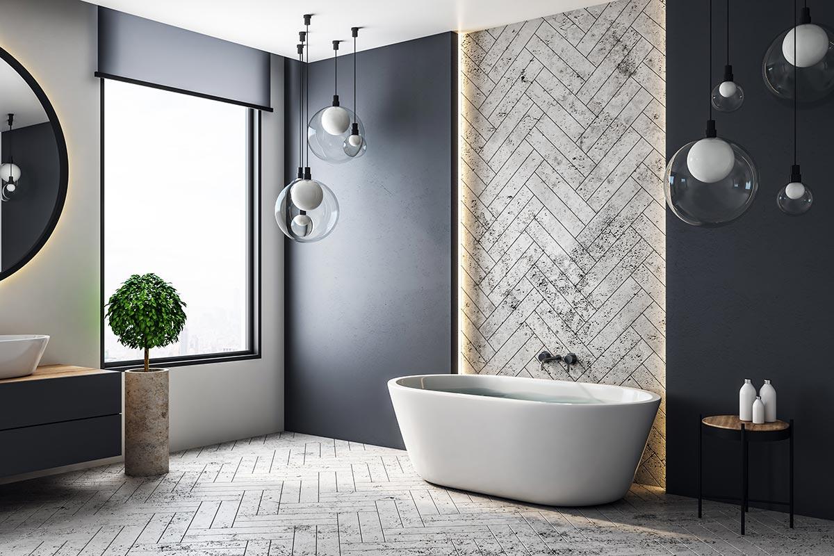 Bagno con pavimento piastrelle effetto legno bianco striscia murale con le stesse piastrelle.