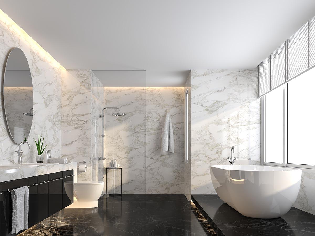 Bagno moderno con parete rivestite in marmo.