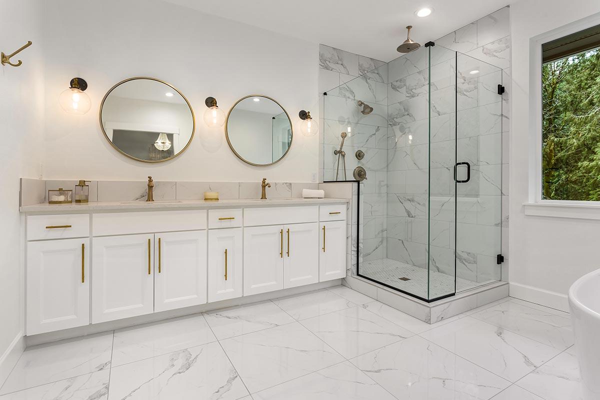 Bagno classico moderno con interno doccia in marmo.