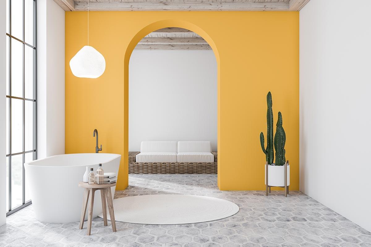 Bagno moderno con parete aperta gialla con forma di arco.
