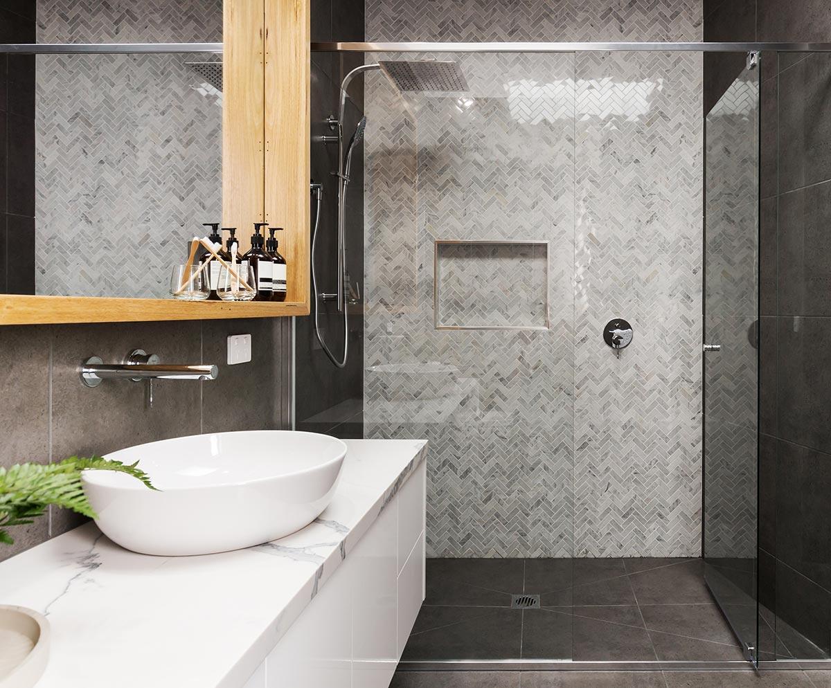 Bagno moderno piccolo con piatto doccia a filo pavimento.