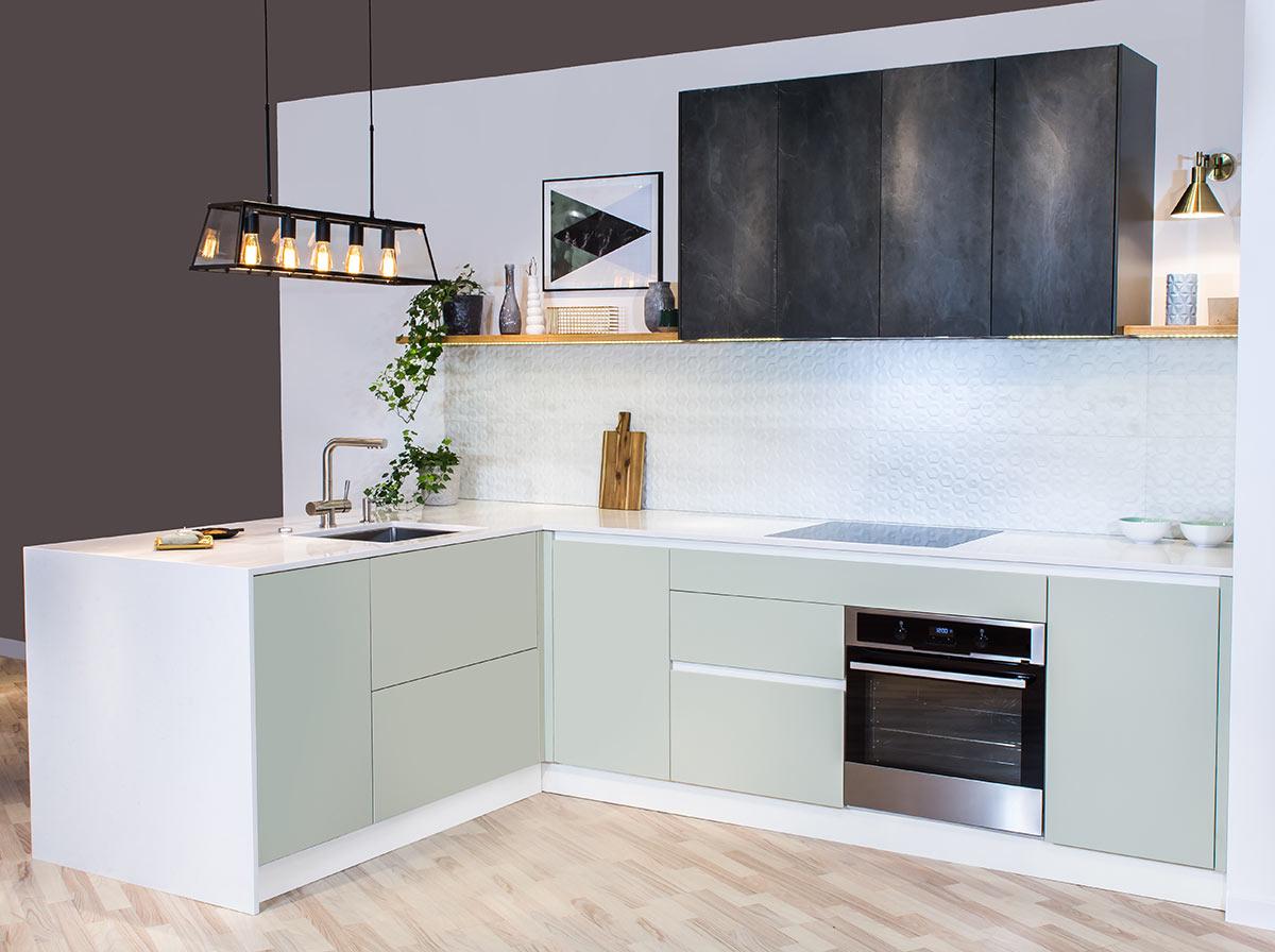 Piccola cucina moderna bianca e verde vintage con penisola in muratura.