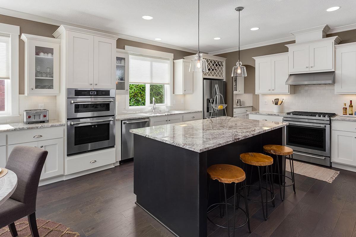 Bella cucina con isola centrale con top in marmo.