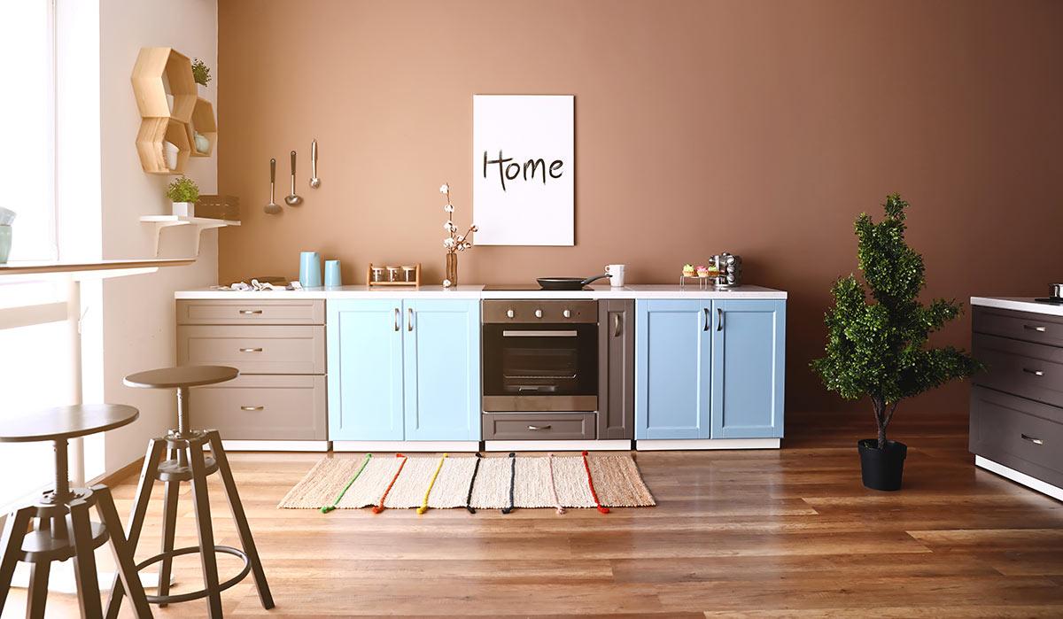 Cucina moderna colorata.