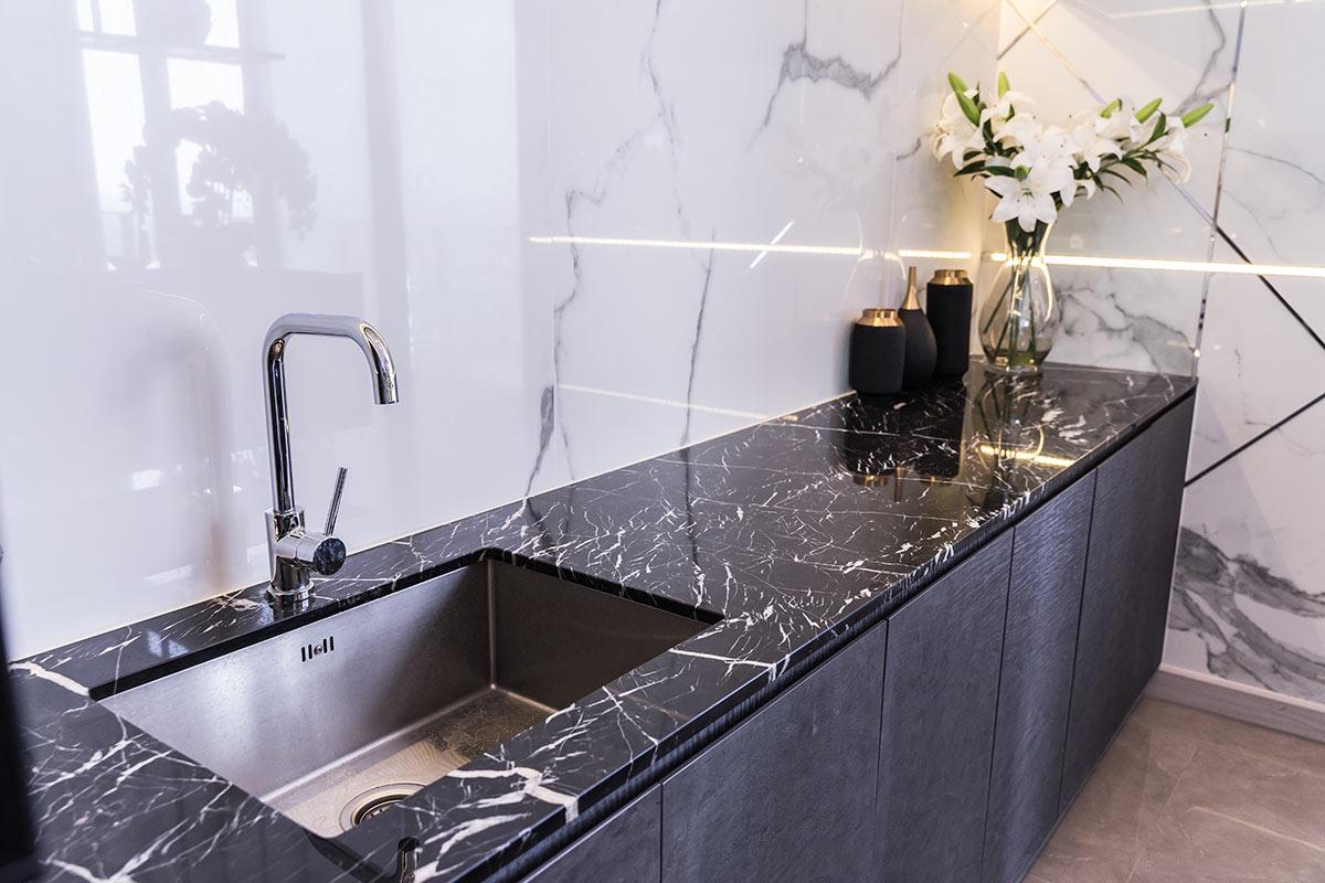 Cucina lineare in muratura con top in marmo.