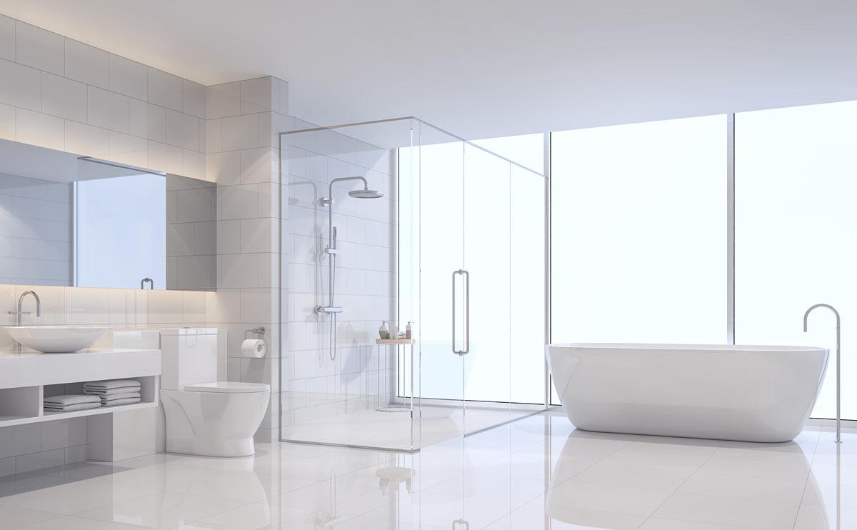 Grande bagno luminoso bianco con vasca design e doccia grande con box trasparente.