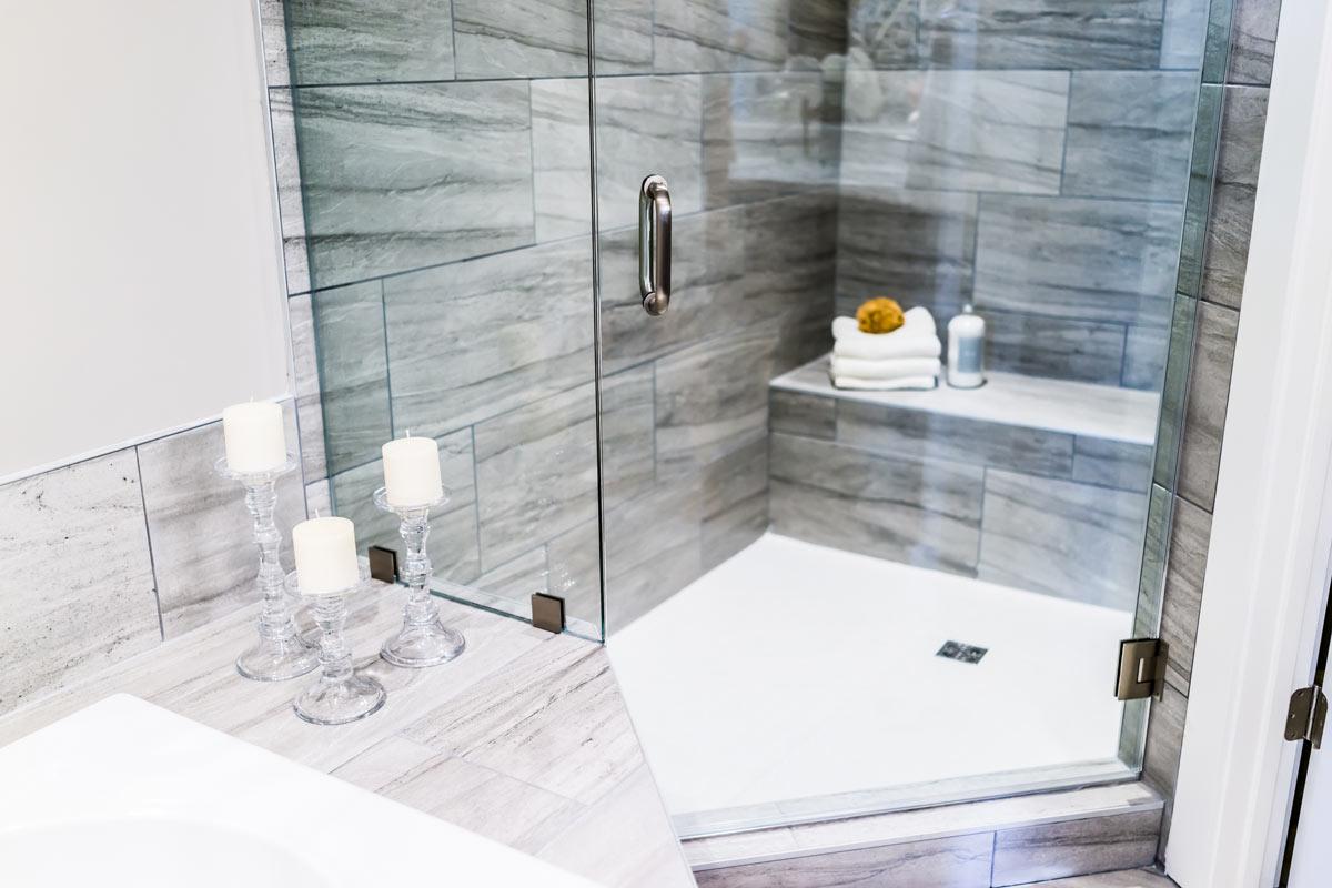 Restauro bagno piccolo con doccia angolare.