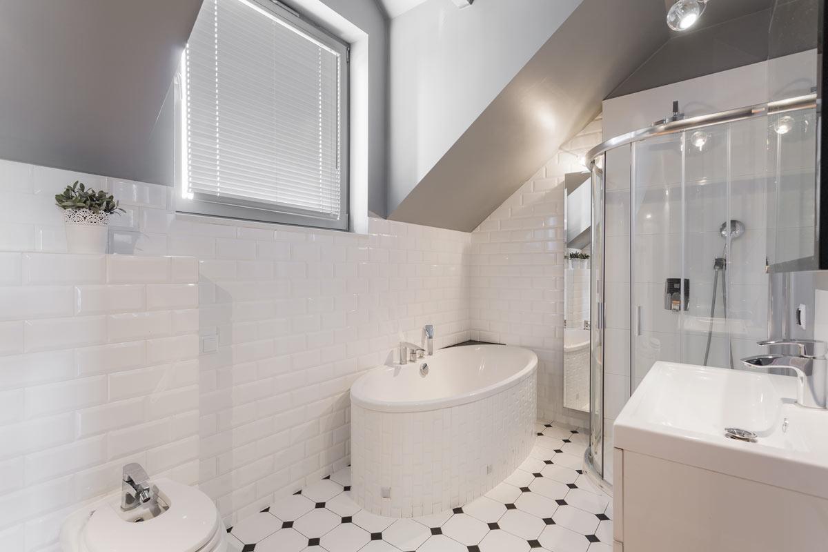 Bagno ristrutturato con vasca e doccia in stile moderno.