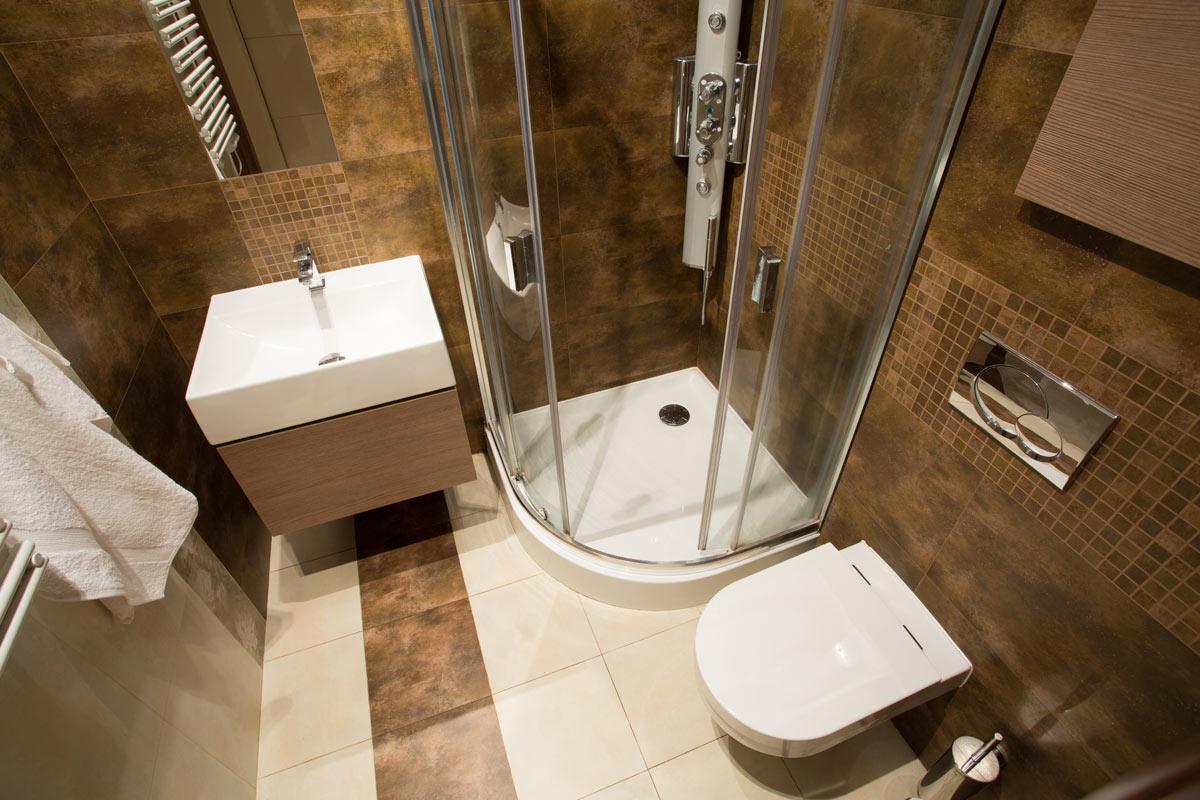 Ristrutturazione di un bagno piccolo con doccia ad angolo.