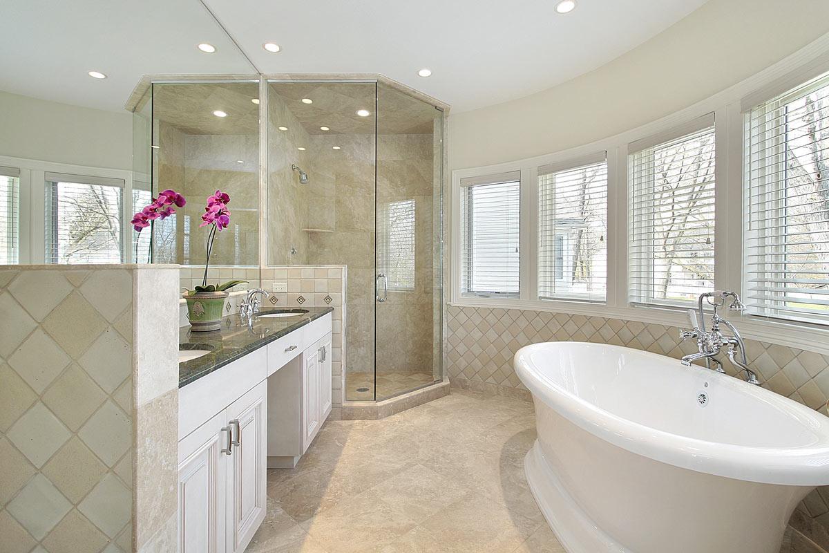 Bagno moderno rifatto in muratura con grande doccia ad angolo e vasca da bagno.