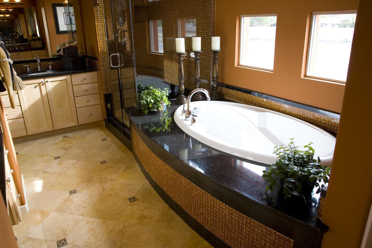 Bellissima ristrutturazione di un bagno moderno con doccia e vasca in muratura.