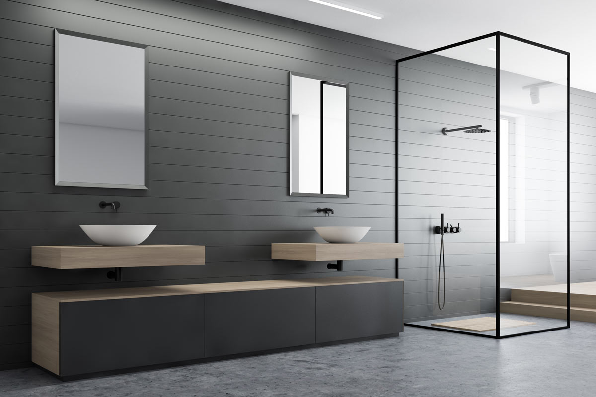 Bellissimo bagno moderno con pareti grigie e mobili lavabo sospesi in legno chiaro.