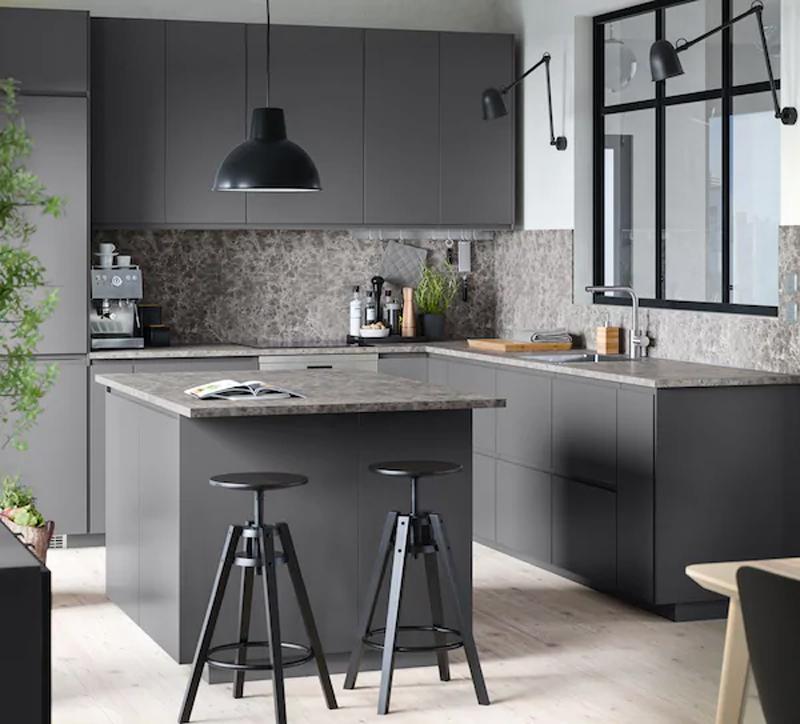 La cucina IKEA VOXTORP grigio opaco.