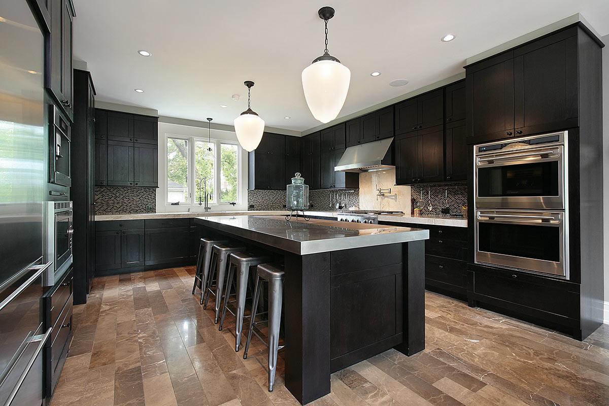 Cucina nera in legno con elementi inox.