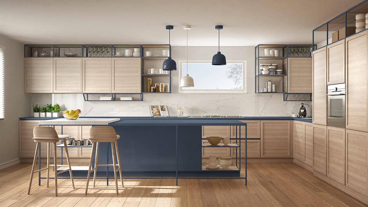 Grande cucina angolare legno chiaro e blu scuro con isola centrale.