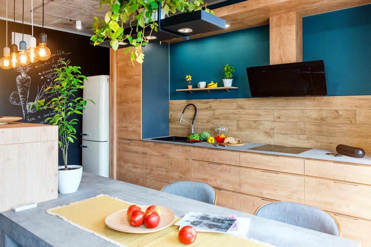 Bellissima cucina in legno chiaro stile moderno.