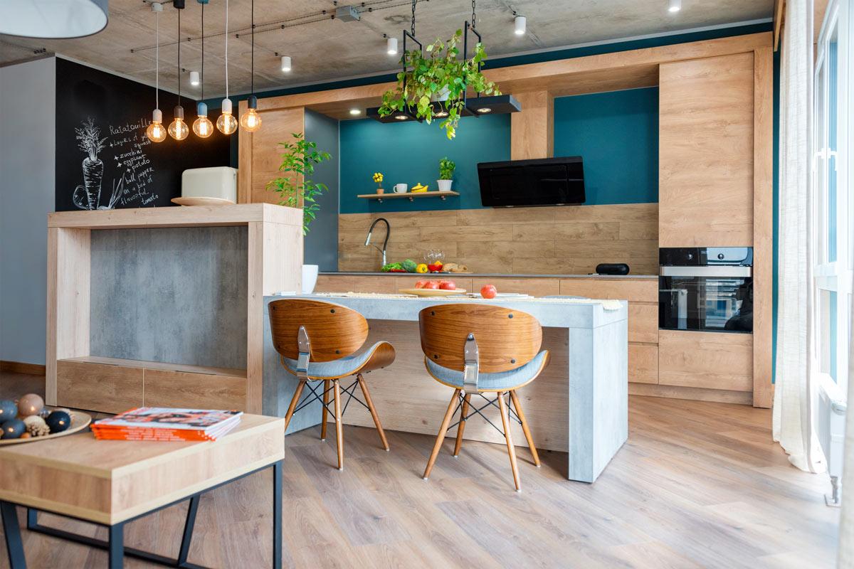 Cucine in legno chiaro e parete blu, isola design moderna.