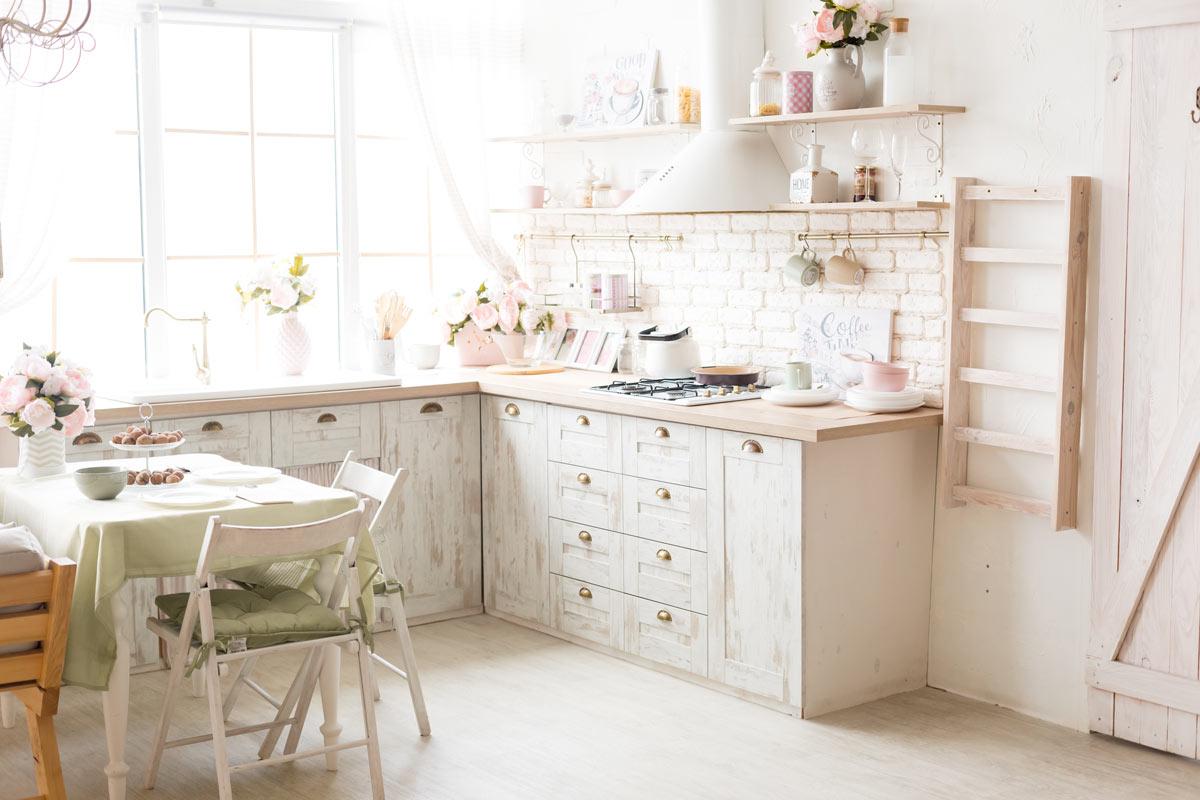 Splendida cucina in legno bianco stile shabby.