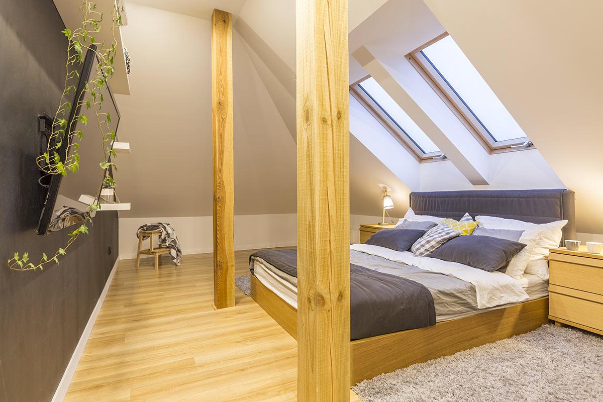 Camera da letto moderna in mansarda.