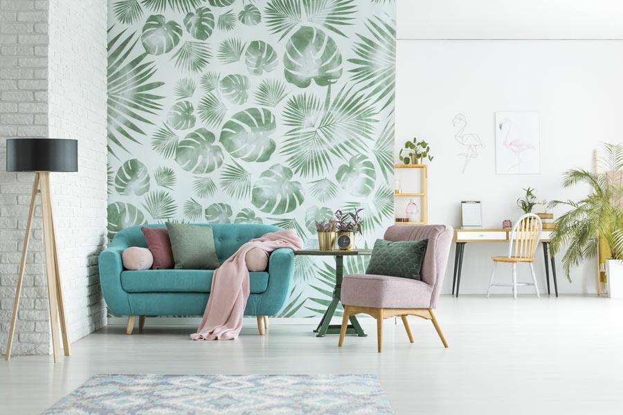 Salotto moderno con parete rivestita con carta da parati.