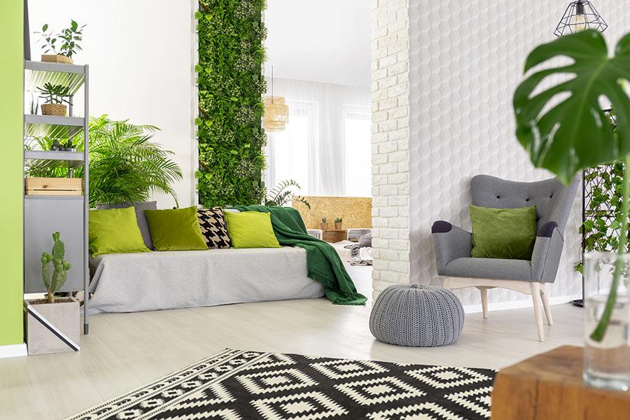 Bellissimo soggiorno con un giardino verticale.