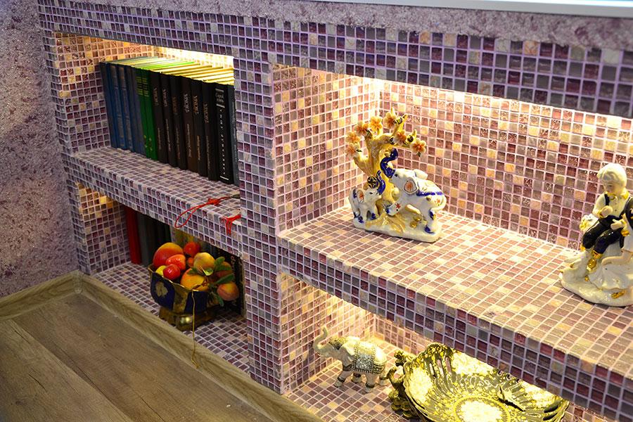 Mobile bagno realizzato in cartongesso rivetito di mattonelle mosaico.