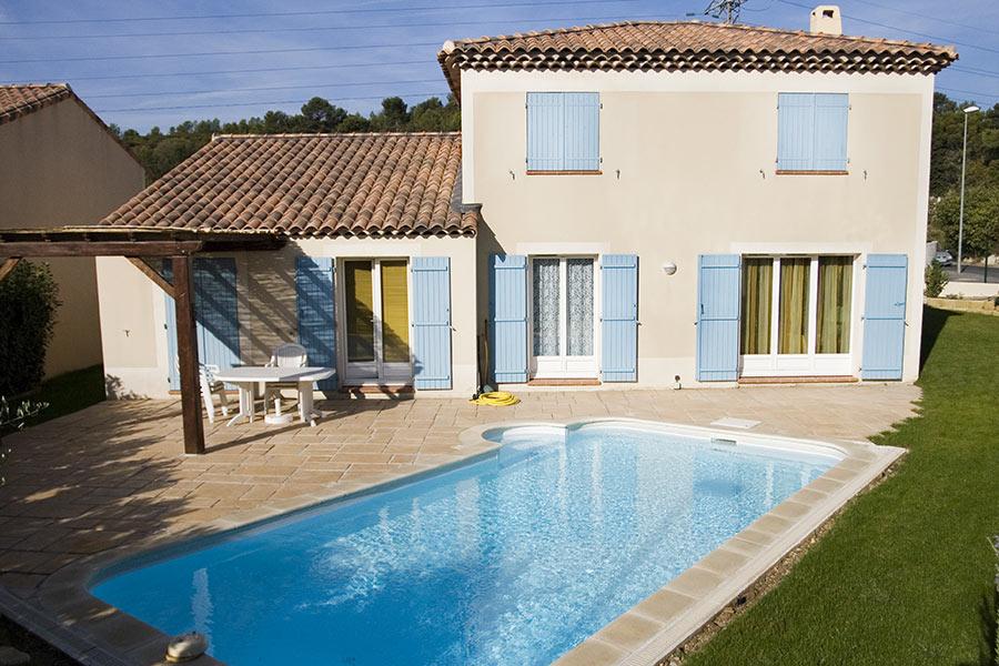 Casa con piscina in vetroresina in giardino.