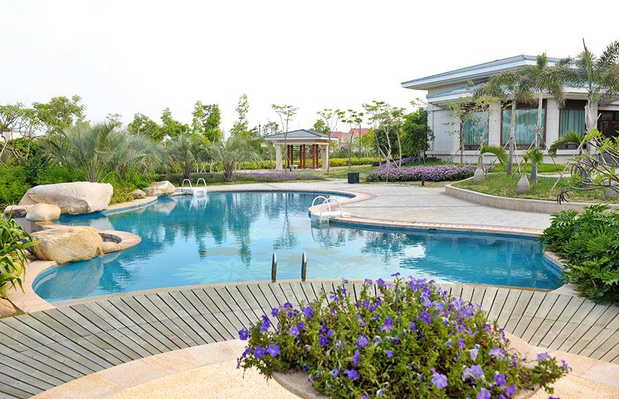 Villa con grande piscina interrata in polistirolo a forma libera.