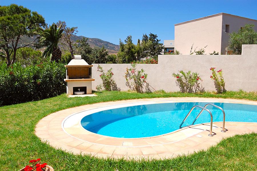 Bella piscina di forma ovale in materiale vetroresina.