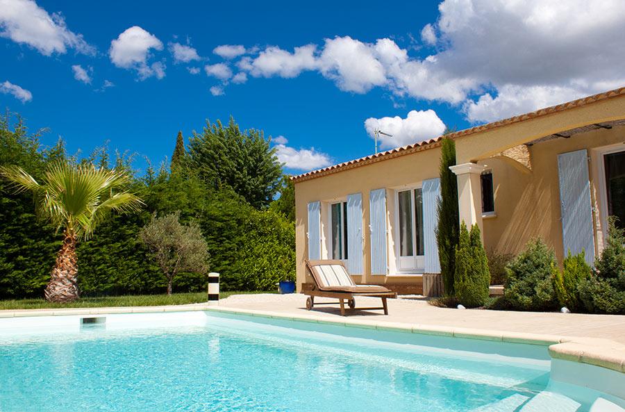 Casa con giardino e bella piscina interrata in cemento con liner celestino.