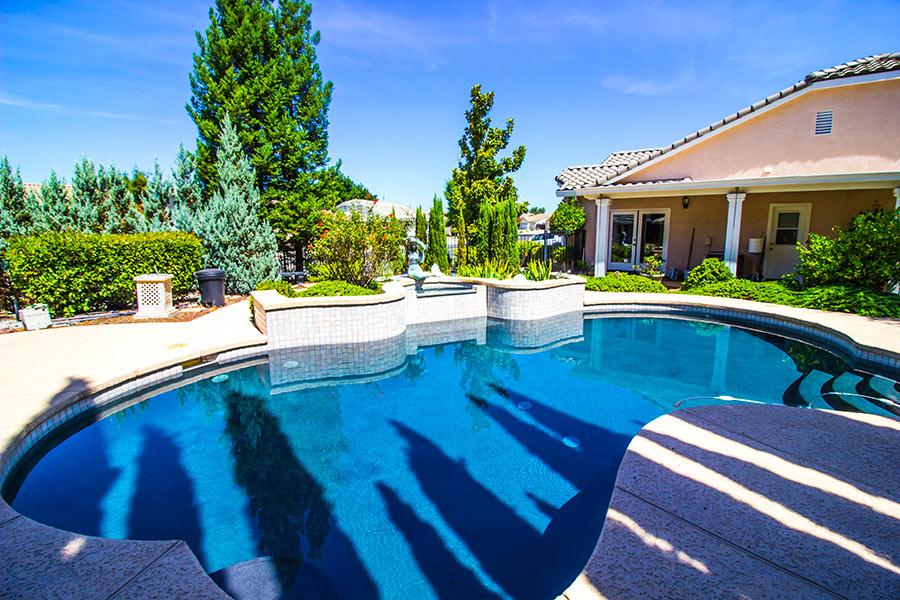 Casa con piscina interrata in giardino.