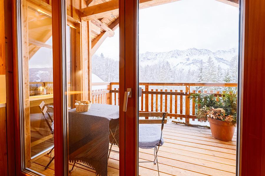 Veranda in legno con terrazzo.