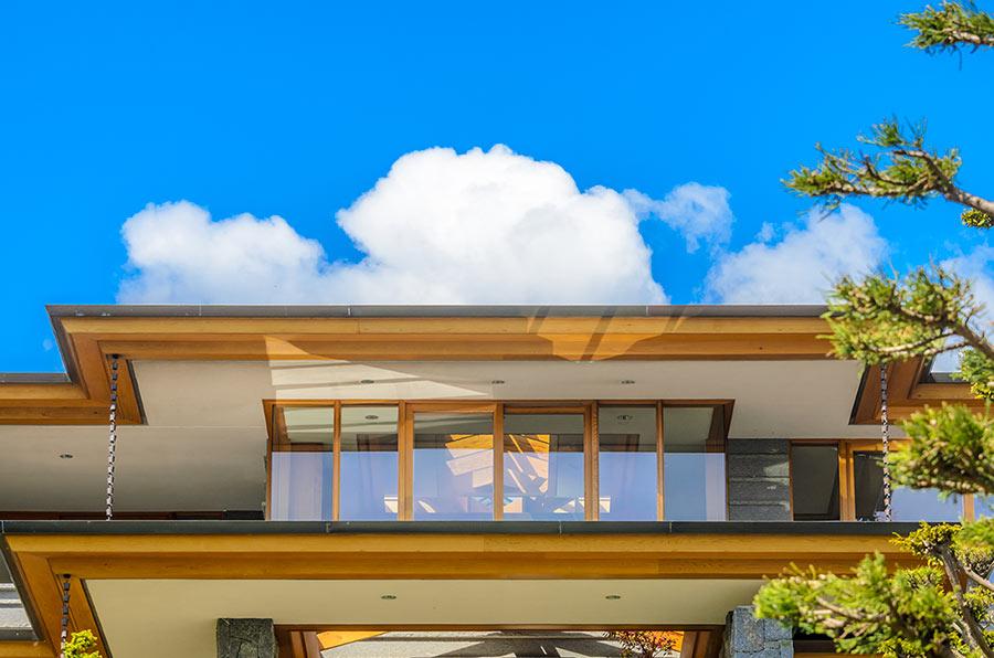 Bellissima veranda in legno al primo piano di una casa.