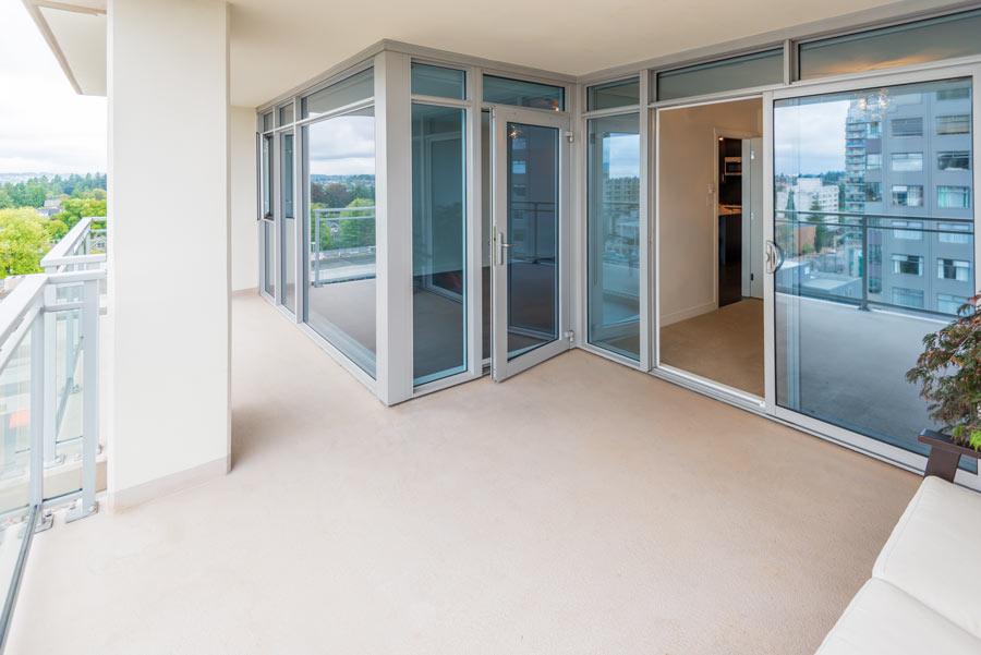 Veranda in alluminio con vetrate blu.