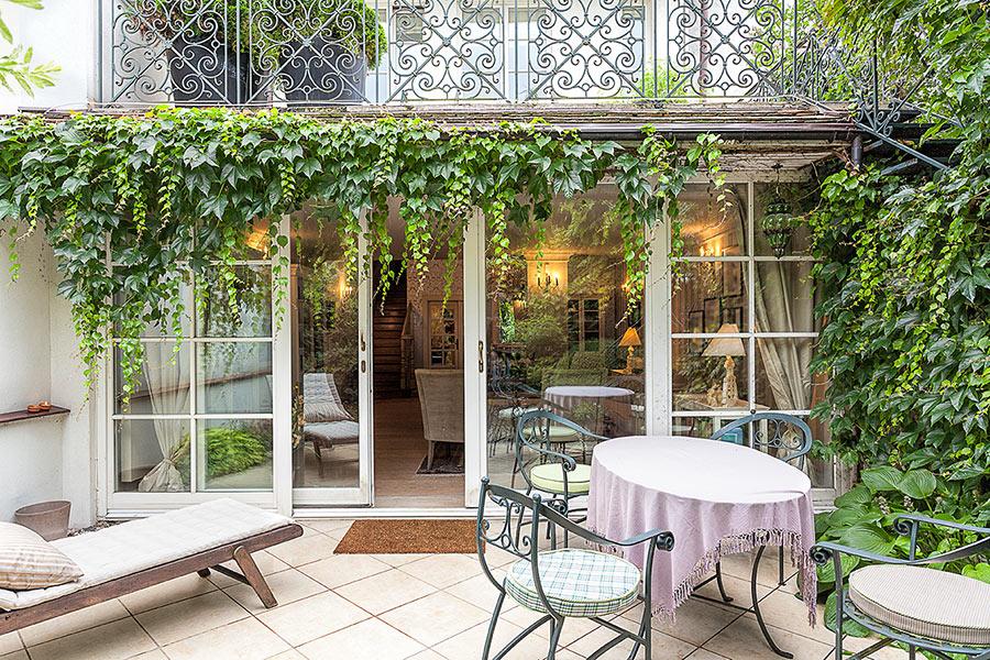 Bellissima veranda con terrazzo e piante rampicanti.