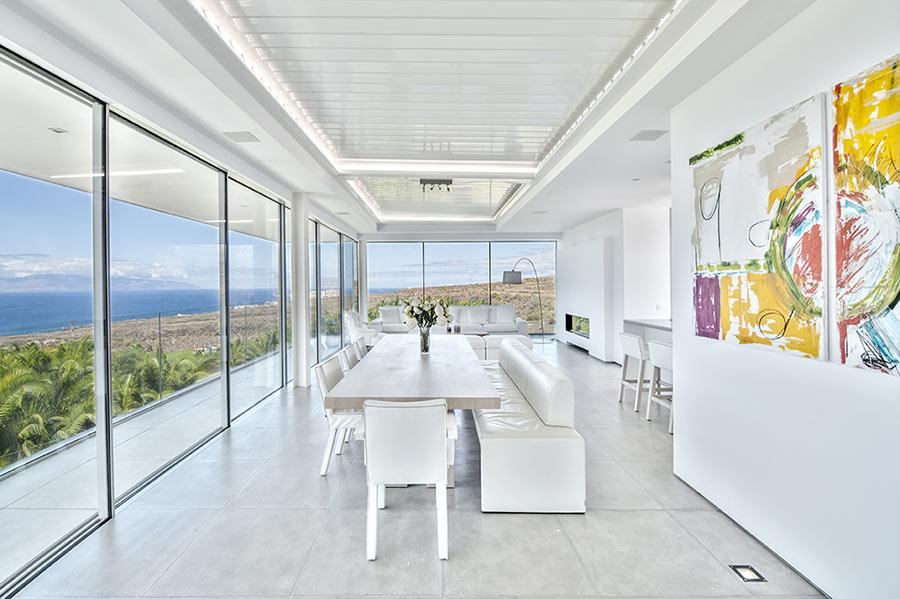 Grandissima veranda in vetro con zona pranzo.