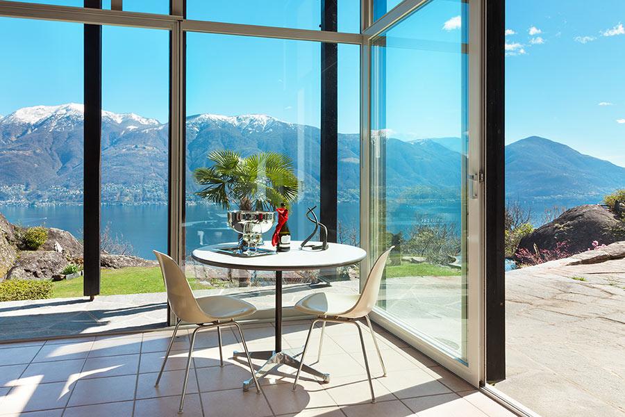 Bellissima veranda in vetro con veduta sulla montagna.