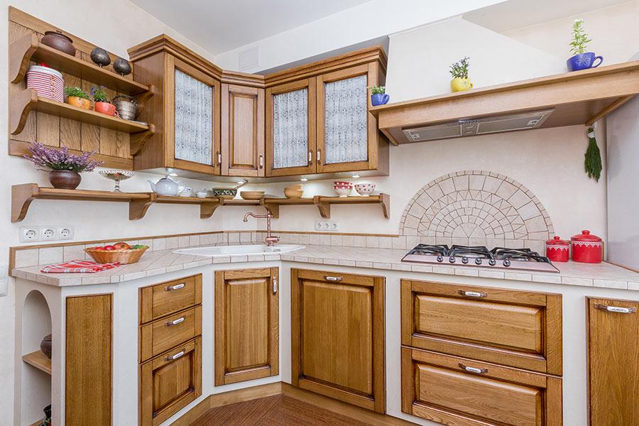 Bellissima cucina in muratura stile moderne con pietra e legno chiaro.