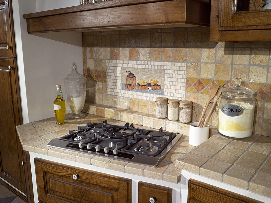 Cucina in muratura rustica con top in pietra naturale.