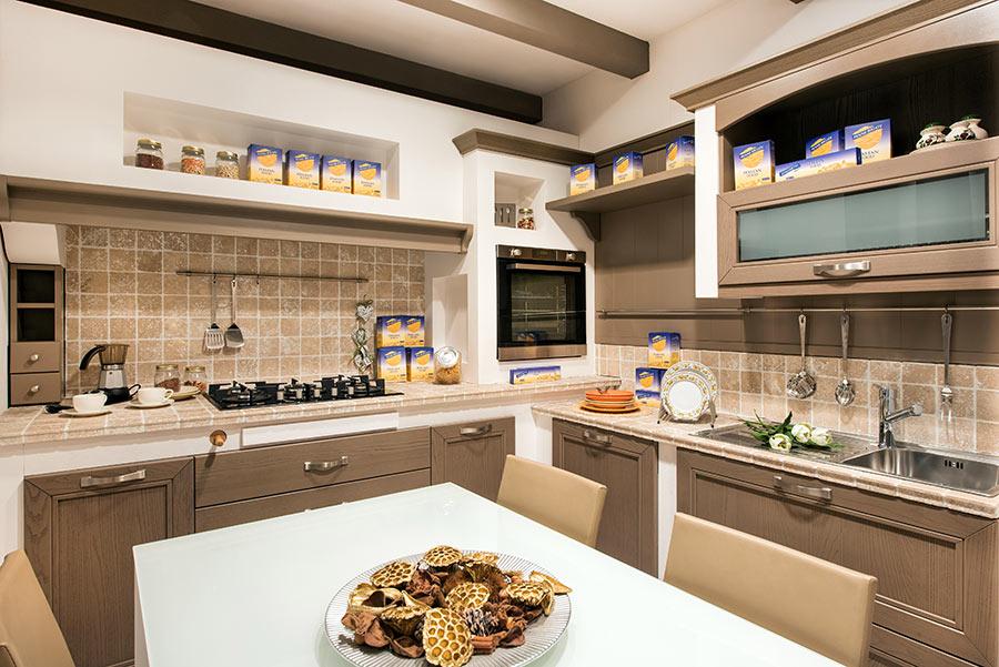 Cucina in muratura moderna grigia e beige.