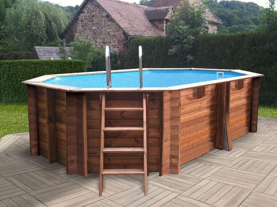 Bellissima piscina in legno da giardino con scaletta.