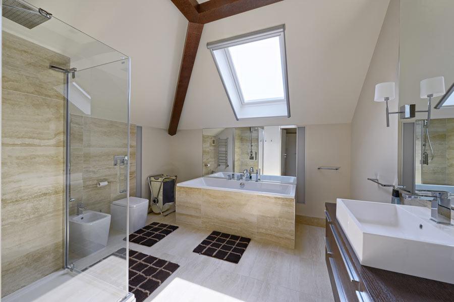 Parquet laminato in un bagno moderno.