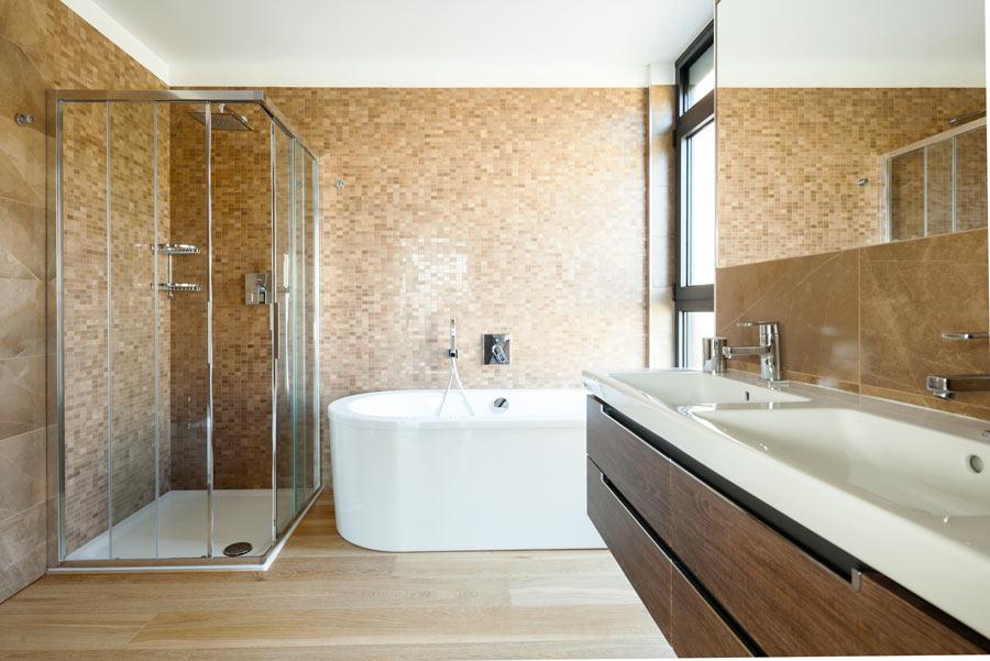 Bagno moderno con finto parquet.