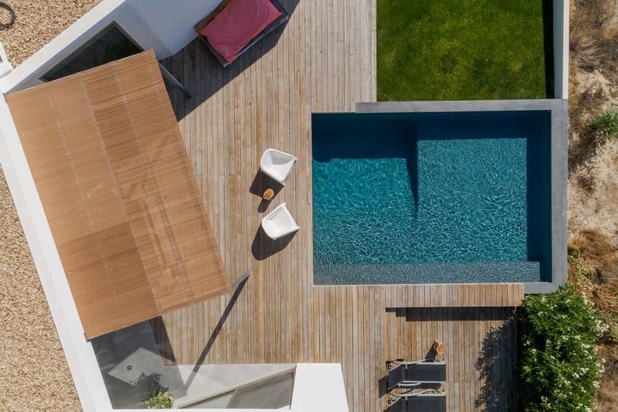 Vista dall'alto di un terrazzo con piscina a soppalco.