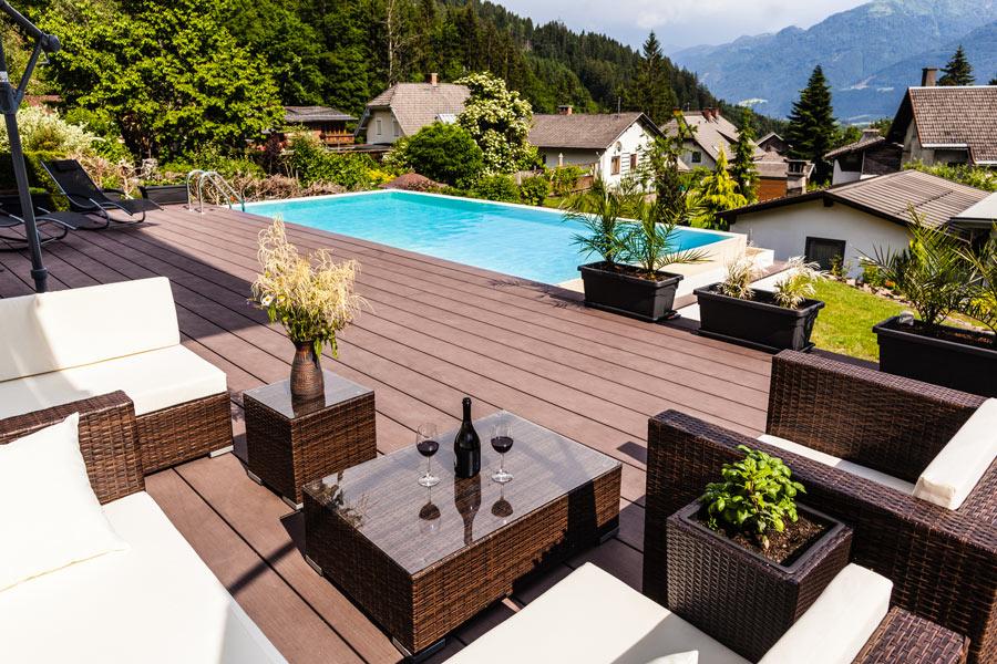 Piscina rettangolare installata sul terrazzo sfruttando il dislivello.