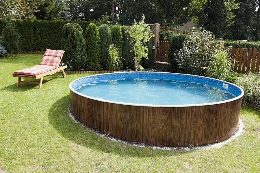Piscina rigida da giardino in acciaio effetto legno, struttura autoportante.