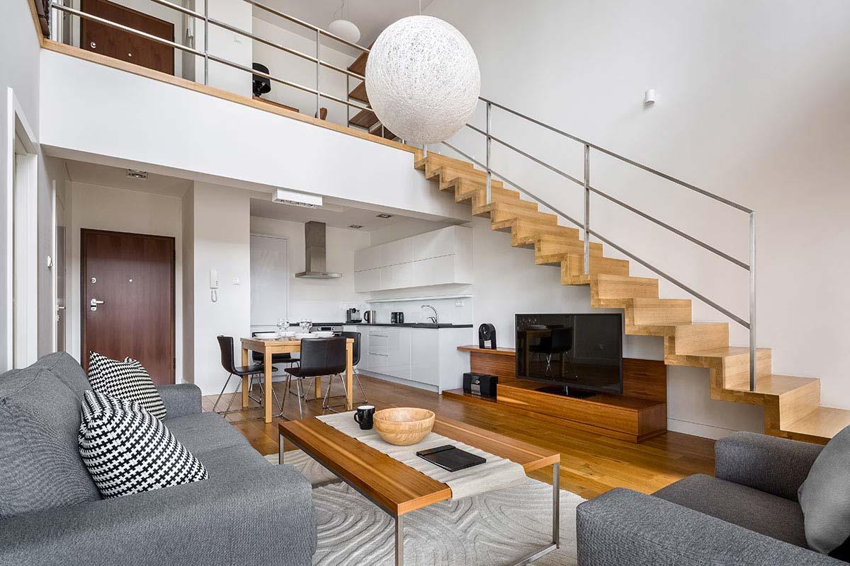 Open space con mobile TV sotto le scale che portano alla mezzanine.